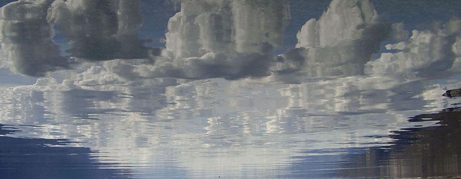 Nuages se reflétant sur l'eau